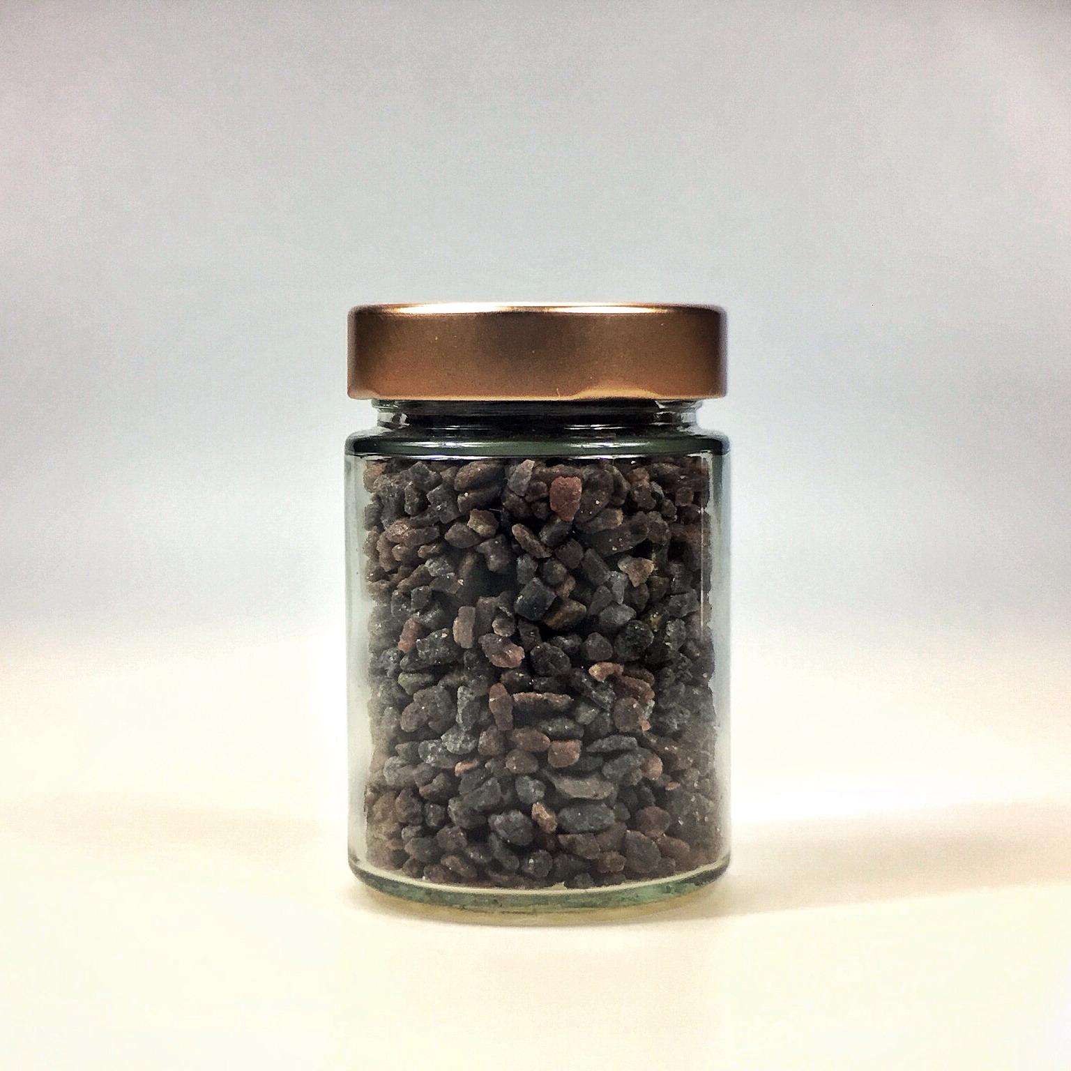 Kala Namak Salz grob gemahlen für Salzmühle im kleinen Glas mit Kupferdeckel