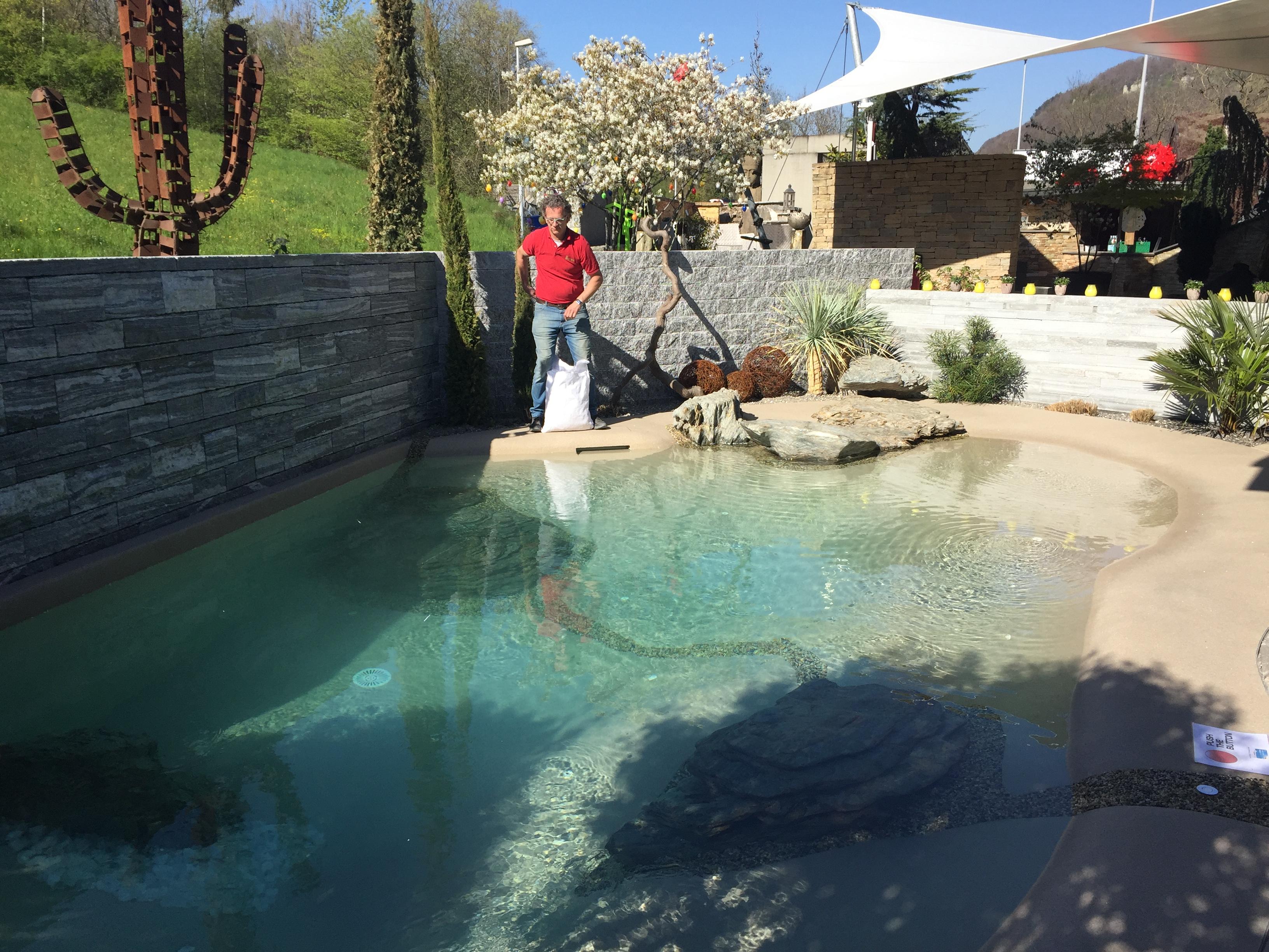 Halitkristalle werden in den Pool gegeben